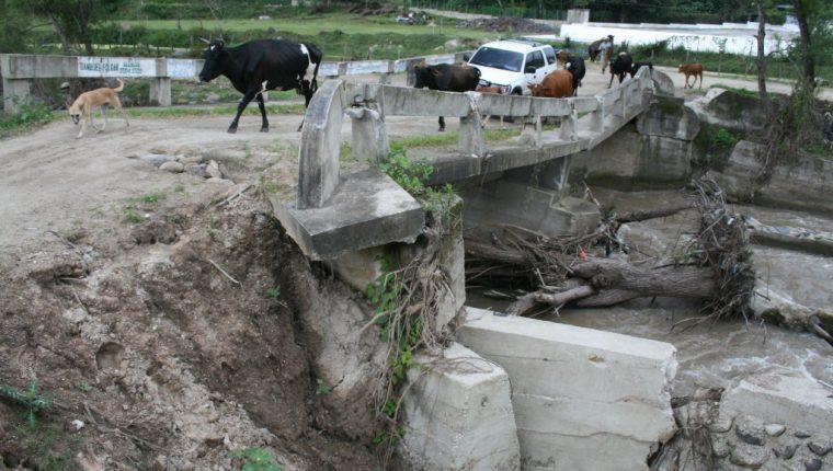 El puente El Jute, en Santa Rosa, es un paso comunal que está en condiciones precarias, y que a pesar del riesgo es utilizado. (Foto Prensa Libre: Oswaldo Cardona).