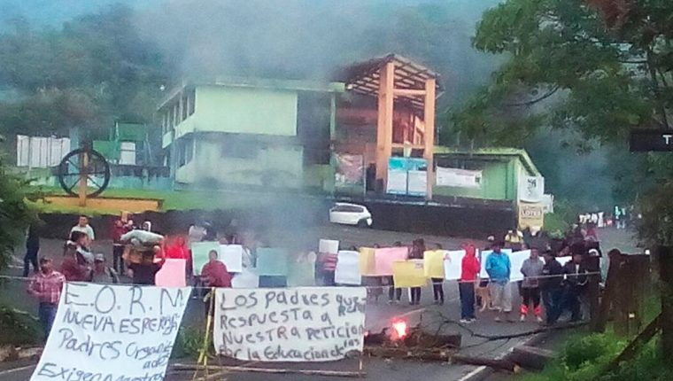 Los padres de familia bloquearon el kilómetro 234 de la ruta entre Coatepeque y la cabecera de Quetzaltenango. (Foto Prensa Libre: Whitmer Barrera)