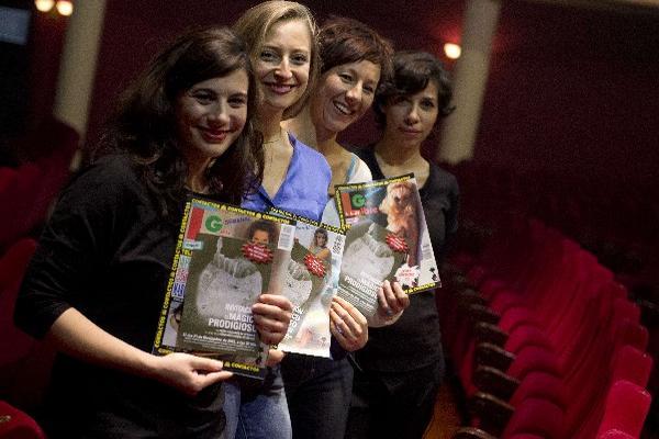 Parte del grupo teatral Primas de Riesgo. (Foto Prensa Libre: AFP)