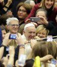 Fieles rodean al Papa durante la audiencia general semanal en el Vaticano. (Foto Prensa Libre:AFP).