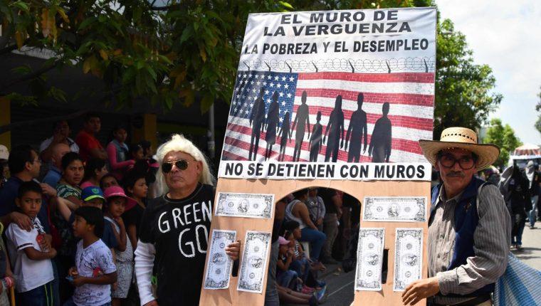 El desfile bufo de la USAC se caracteriza por críticas contra la gestión del Gobierno. (Foto Prensa Libre: AFP)