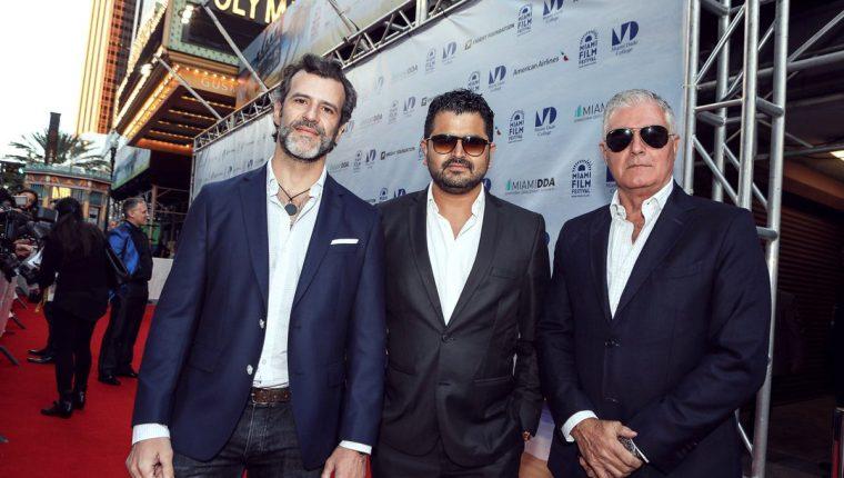 Juan Pablo Olyslager, Kenneth Müller y Saúl Lisazo, en el Latino Film Festival, en San Diego, California, donde Müller recibió un reconocimiento (Foto Prensa Libre: Twitter / Kenneth Müller).