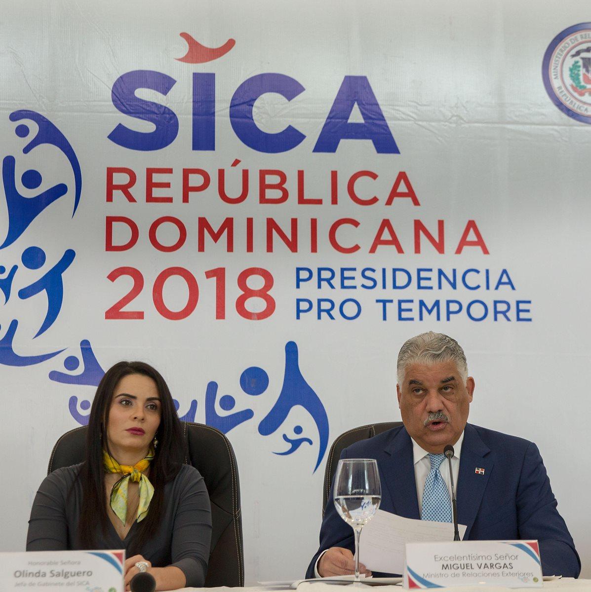 El canciller dominicano, Miguel Vargas, ofrece detalles de la reunión de Jefes de Estado y de Gobierno del Sistema de la Integración Centroamericana (SICA). (Foto Prensa Libre: EFE)