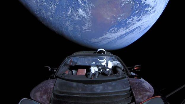 SpaceX, de Elon Musk, lanzó al espacio un auto Tesla como parte de su proyecto del cohete Falcon Heavy. GETTY