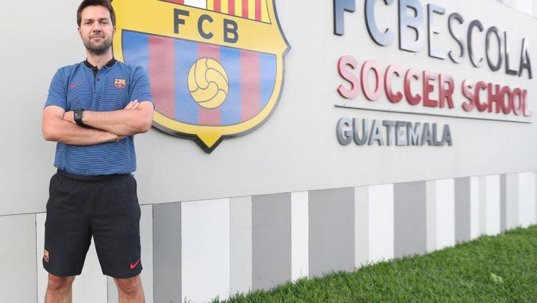 El técnico español Isaac Oriol Guerrero, director de las 45 academias de futbol del Barcelona que hay por todo el mundo, se mostró satisfecho por el nivel que tienen los futbolistas nacionales (Foto Prensa Libre: Edwin Fajardo)