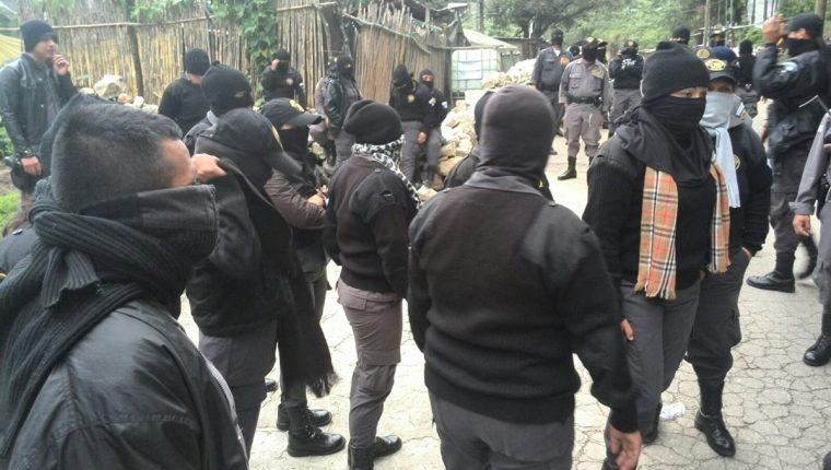 Los guardias exigen al Ministerio de Gobernación cumpla el pago de un bono salarial y a cambio aceptan pasar por el polígrafo. (Foto Prensa LIbre: E. Paredes)