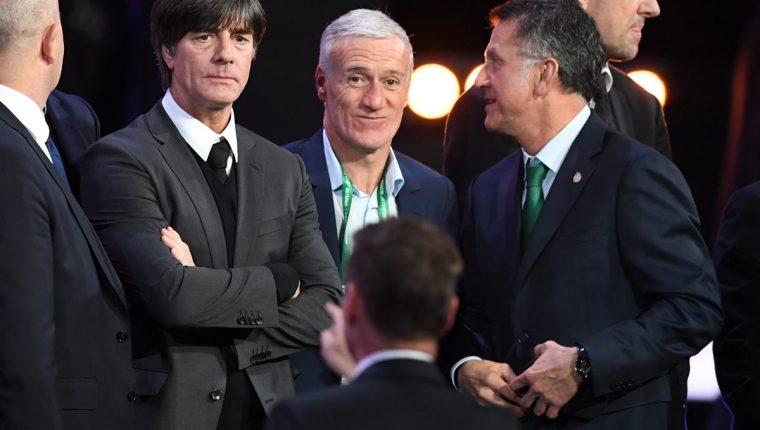 El técnico de Alemania Joachim Loew, Francia Didier Deschamps y México Juan Carlos Osorio durante el sorteo del Mundial de Rusia. (Foto Prensa Libre: AFP)