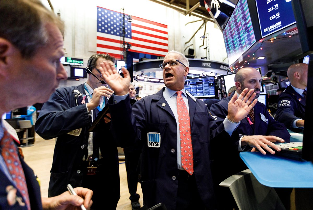 los inversores reaccionaron con alegría a la tregua comercial alcanzada entre EE.UU. y China, y Wall Street abrió hoy con fuertes ganancias y el Dow Jones de Industriales, su principal indicador, subía un 1.23 %. (Foto Prensa Libre: EFE)