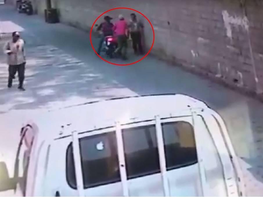 Delincuentes son grabados cuando asaltan a una mujer