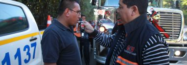 Las pruebas de alcoholemia  se realizan a conductores para medir el nivel de alcohol en sangre. (Foto Prensa Libre: Hemeroteca PL)
