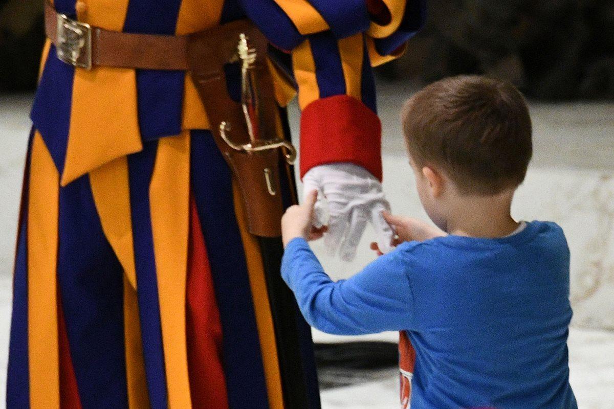 El niño jugó en la plataforma que estaba resguardada por la Guardia Suiza del Vaticano. (Foto Prensa Libre: AFP)