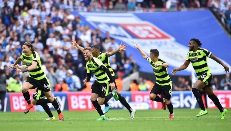 Los jugadores del Huddersfield festejan luego de ganar en la tanda de penaltis. (Foto Prensa Libre: AFP)