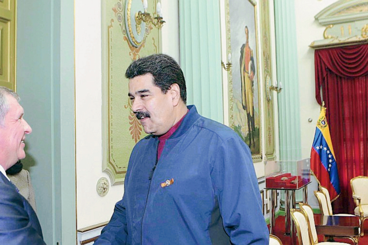 El director  ejecutivo de Rosneft, Igor Sechin y el presidente venezolano, Nicolas Maduro, se saludan durante una reunión de negocios. (Foto Prensa Libre: Internet).