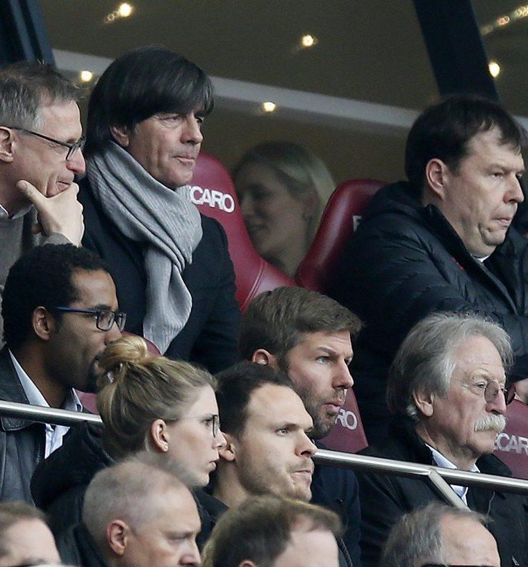 El técnico de la selección alemana observó varios partidos como el que sostuvo el Stuttgart frente al RB Leipzig previo a dar a conocer el listado de jugadores que estarán en los amistosos frente a España y Brasil. (Foto Prensa Libre: EFE)