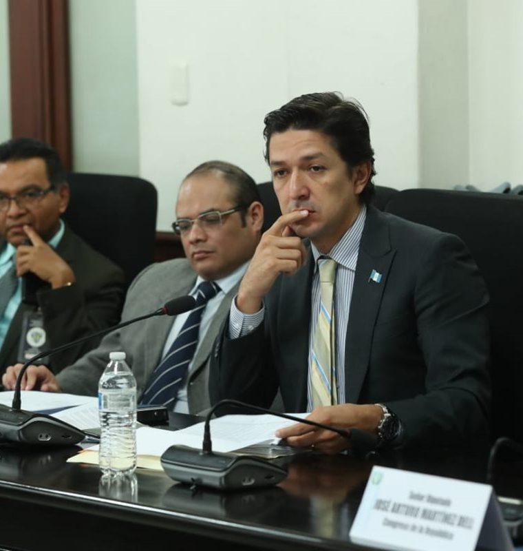 El ministro de Finanzas Públicas Víctor Martínez, indicó que la aprobación de los fondos es necesaria. (Foto Prensa Libre: Esbín García)