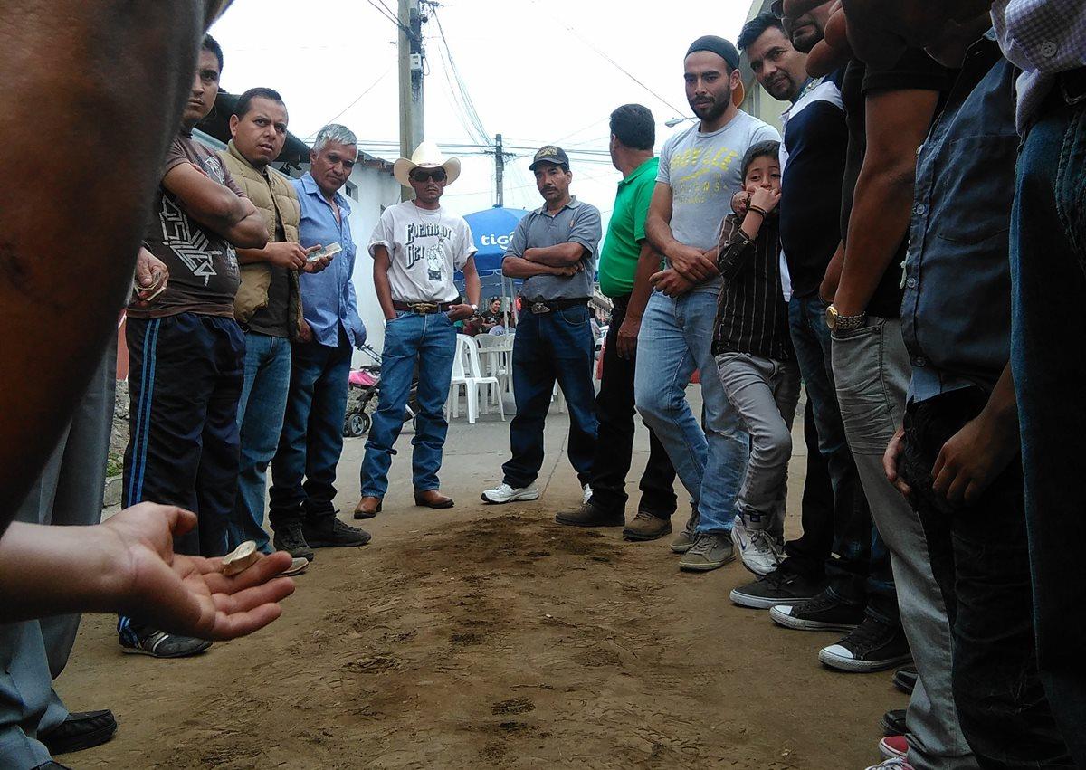 En varias comunidades de San Marcos se practica el juego de La Taba, el cual consiste en apostar desde Q10 hasta Q800 por cada tiro que se realiza con un hueso extraído de la rótula del carnero o venado. (Foto Prensa Libre: Whitmer Barrera)