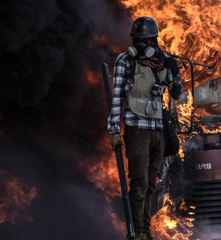 238/5000Un camión fue incendiado durante la manifestación en Caracas.(AFP).