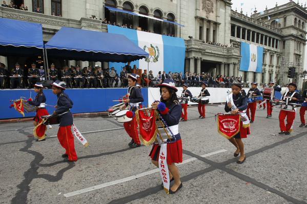 Jóvenes participan en el desfile de bandas por la conmemoración de la independencia. (Foto Prensa Libre: Andrea Orozco)