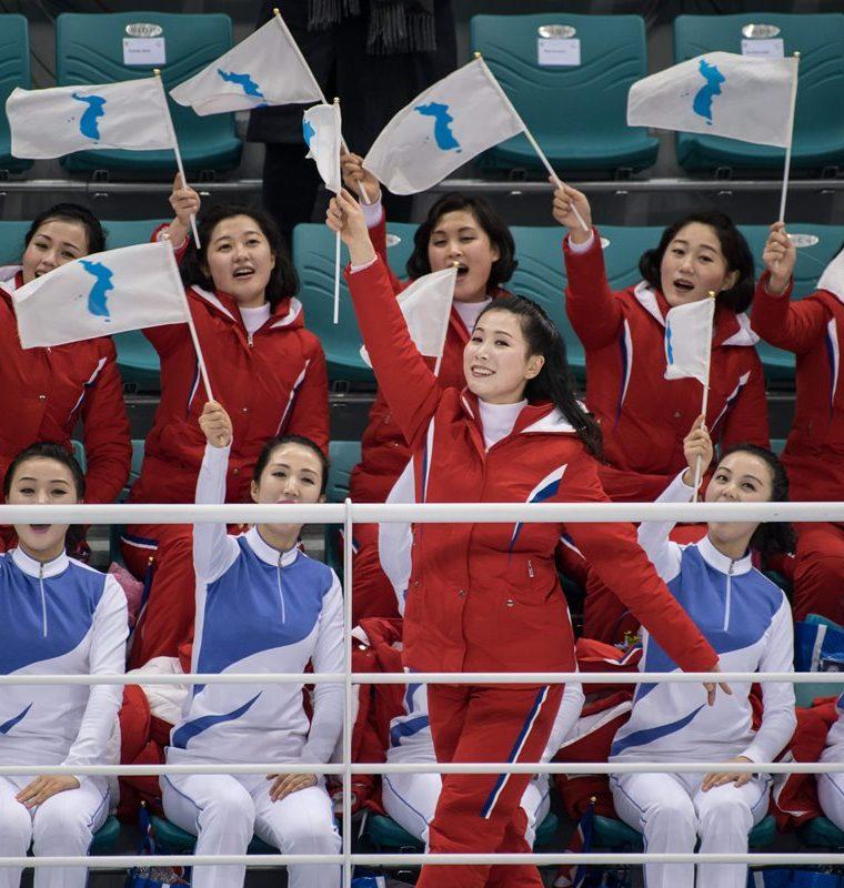 Pese a que su equipo iba perdiendo las animadoras no perdieron su optimismo.  (Foto Prensa Libre: AFP)