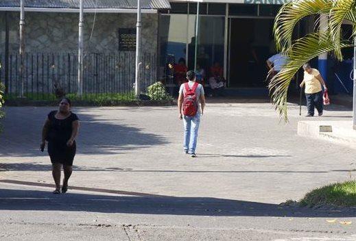 Varias personas llegan a diario al hospital del IGSS en busca de atención medica. (Foto Prensa Libre: Rolando Miranda)