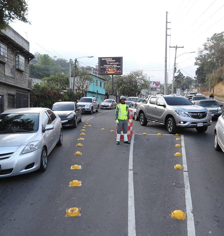 En las horas pico ingresar o salir del centro de Santa Catarina es sinónimo de larga espera, debido a los atascos que se forman en la bifurcación que conecta a Muxbal y la capital. En la mañana un agente de la PMT regula el paso de vehículos. (Foto Prensa Libre: Érick Ávila)