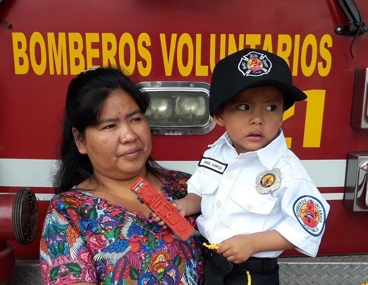 Ángel Gabriel Ajcual García junto a su mamá Claudia Elvira Ajcual García. (Foto Prensa Libre:  (@William Flashito).