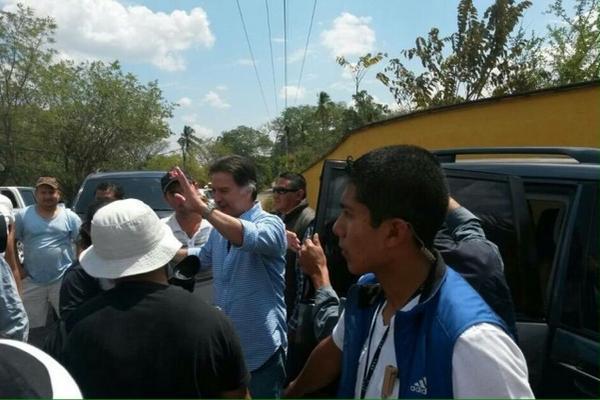 Alfonso Portillo es recibido por vecinos de la aldea Santa Cruz, Río Hondo, Zacapa, cuando llega a su finca. (Foto Prensa Libre: Víctor Gómez)