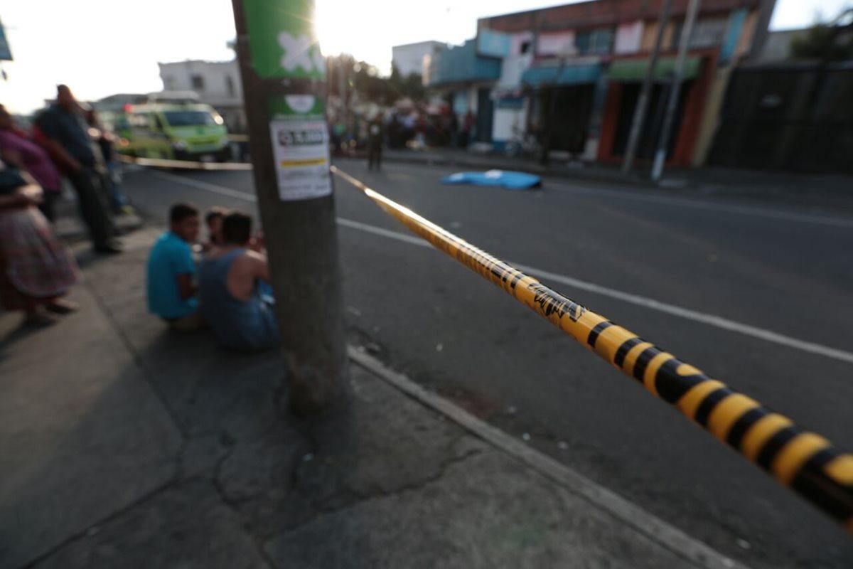 Un hombre murió y otro resultó herido en la 12 avenida y 4 calle de la zona 11. (Foto Prensa Libre: Carlos Hernández)