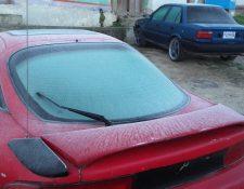 En Xela, una capa de escarcha en los automóviles se observó durante las primeras horas de este martes. (Foto Prensa Libre: Carlos Ventura)