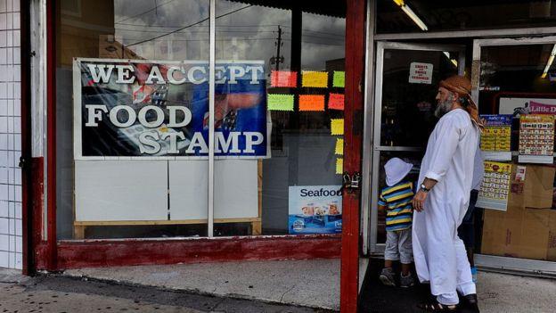 Pese a tener empleos muchas familias necesitan de los cupones de alimentación para llegar a fin de mes. FOTO: GETTY IMAGES