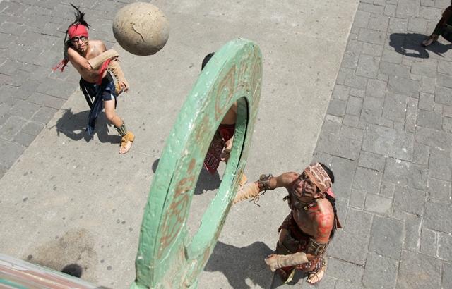 Presentación de juego de pelota maya en la Plaza de la Constitución. (Foto: Hemeroteca PL)