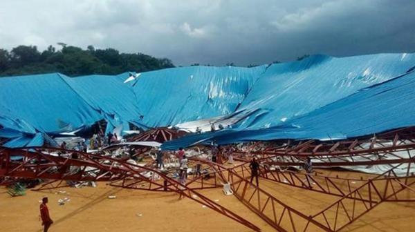 Decenas de personas mueren al deplomarse techo de iglesia en Nigeria. (Foto Prensa Libre: AFP)