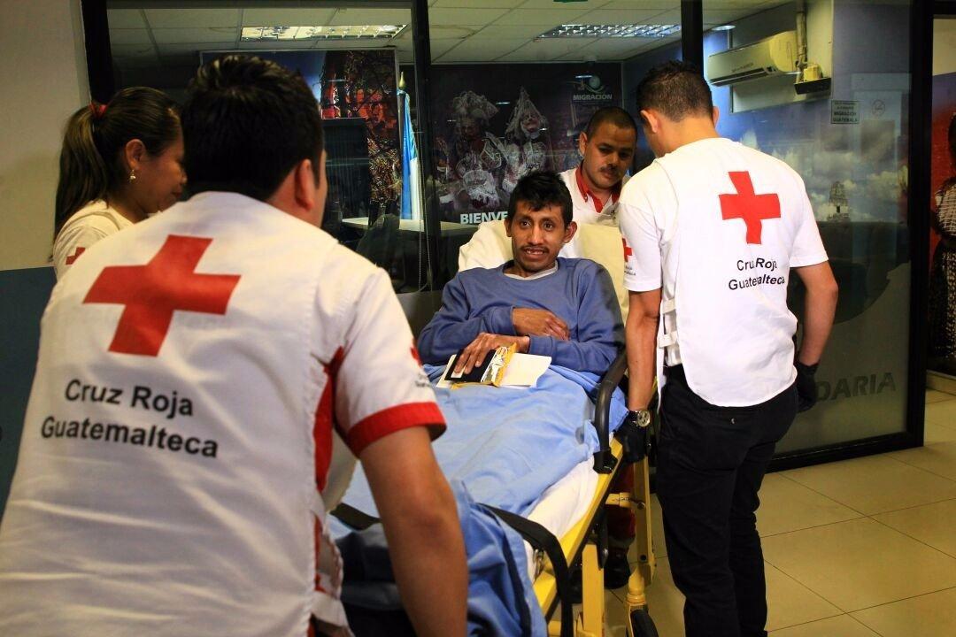 Rafael Godínez García es recibido por personal de la Cruz Roja a su regreso de México, donde fue tratado por quemaduras provocadas por la erupción del Volcán de Fuego. (Foto Prensa Libre: Ministerio de Salud)