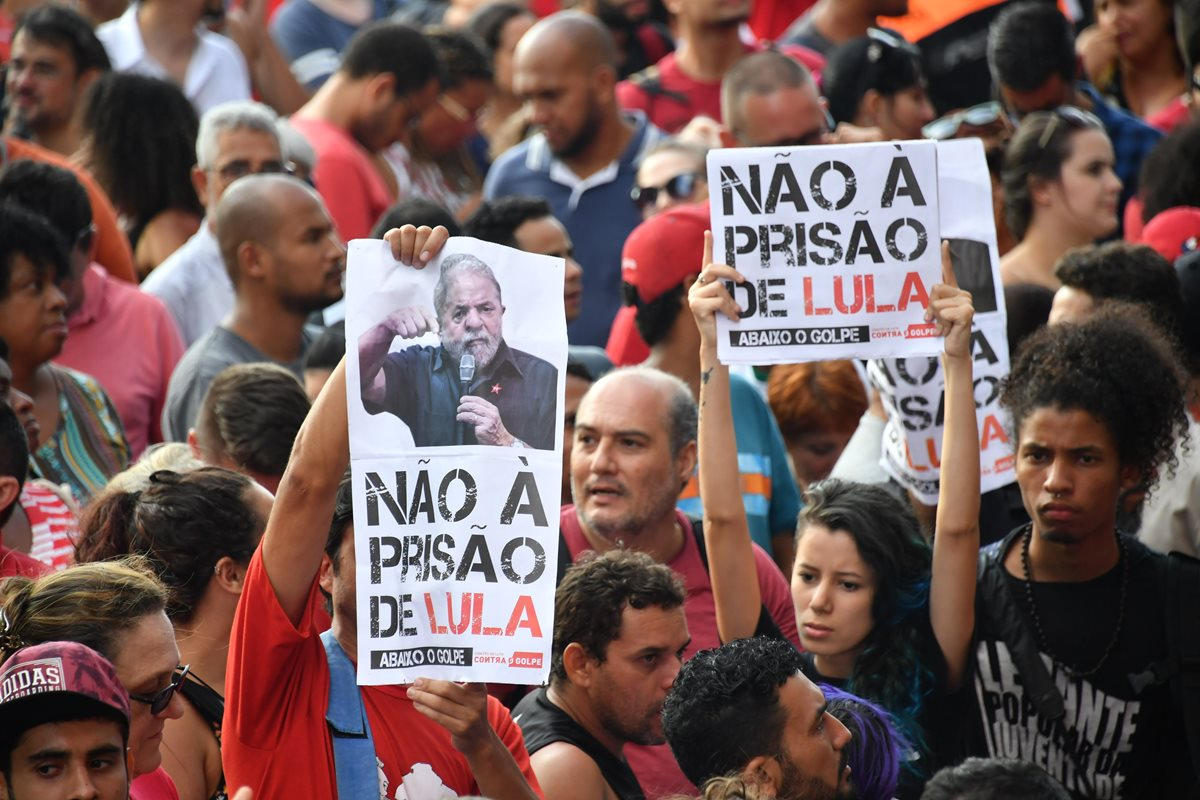 Los partidarios del expresidente brasileño (2003-2011) Luiz Inácio Lula da Silva sostienen carteles mientras bloquean el edificio sindical de los trabajadores metalúrgicos en Sao Bernardo do Campo, en el área metropolitana de Sao Paulo, Brasil.