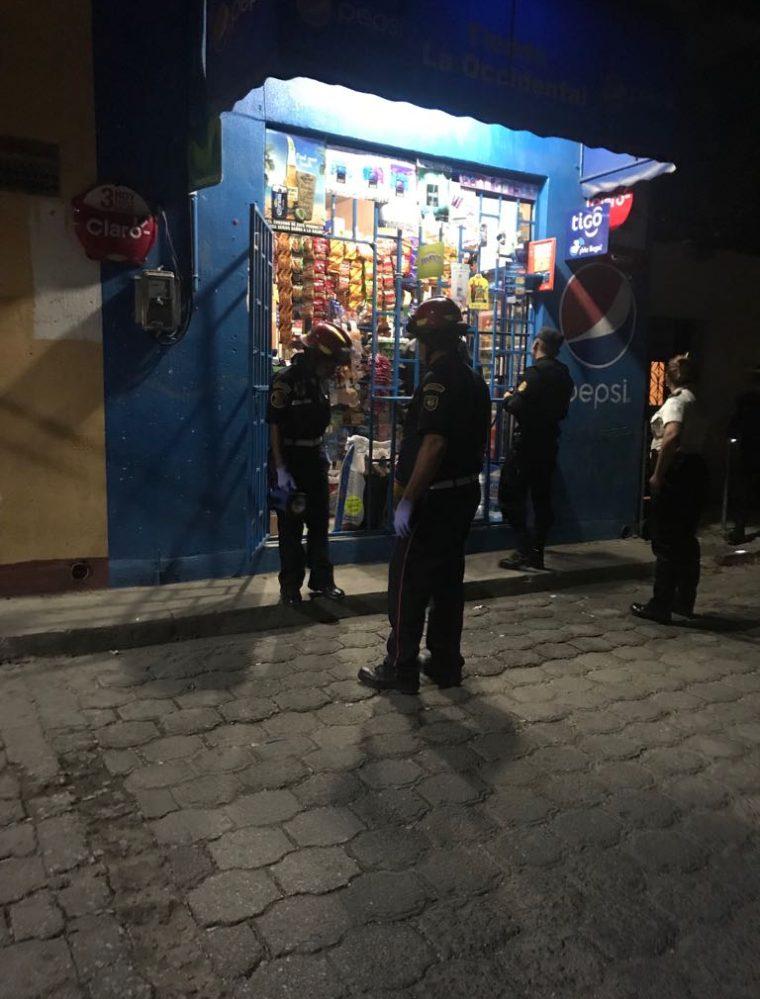 El menor se encontraba ordenando unos productos cuando fue atacado. (Foto Prensa Libre: Cortesía CBMD)