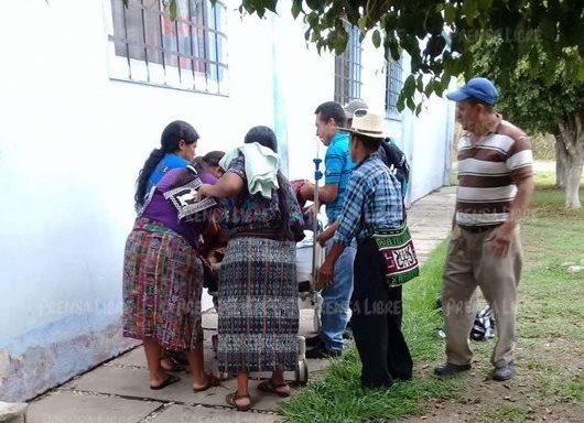 Momento en que la mujer siente los dolores de parto afuera del hospital.(Foto Prensa Libre: Cortesía Noti Más Baja Verapaz)