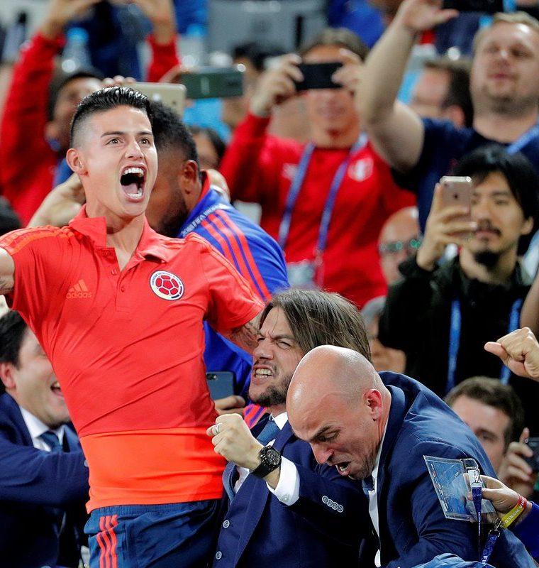 El centrocampista colombiano James Rodríguez celebra el 1-1 desde la grada durante el partido Colombia-Inglaterra. (Foto Prensa Libre: EFE)