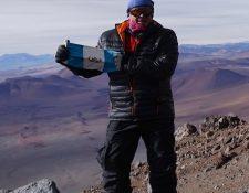 Jaime Viñals conquistando la cumbre del volcán sagrado Llullaillaco, en la frontera entre Argentina y Chile. (Foto Prensa Libre: cortesía Jaime Viñals)