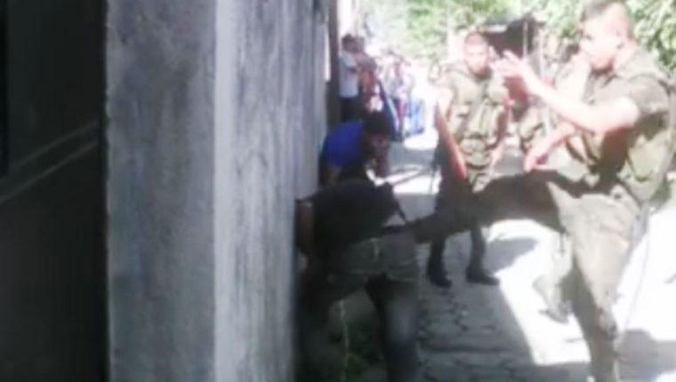 Soldados propinan golpiza a menores. (Foto Prensa Libre: Facebook)