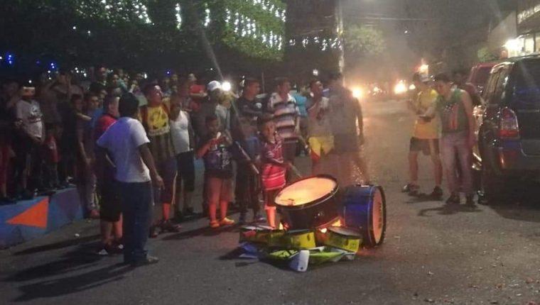Aficionados de Guastatoya quemaron los instrumentos frente al edificio de la Municipalidad, para expresar su malestar por la baja de Mario Vásquez. (Foto Prensa Libre: La Red).