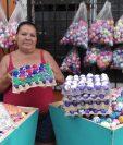 Nohemí Hidalgo muestra su trabajo realizado para el carnaval de Mazatenango. (Foto Prensa Libre: Melvin Popá)