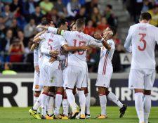 Los jugadores de la selección española festejan uno de los goles de Álvaro frente a Liechtenstein. (Foto Prensa Libre: AFP)