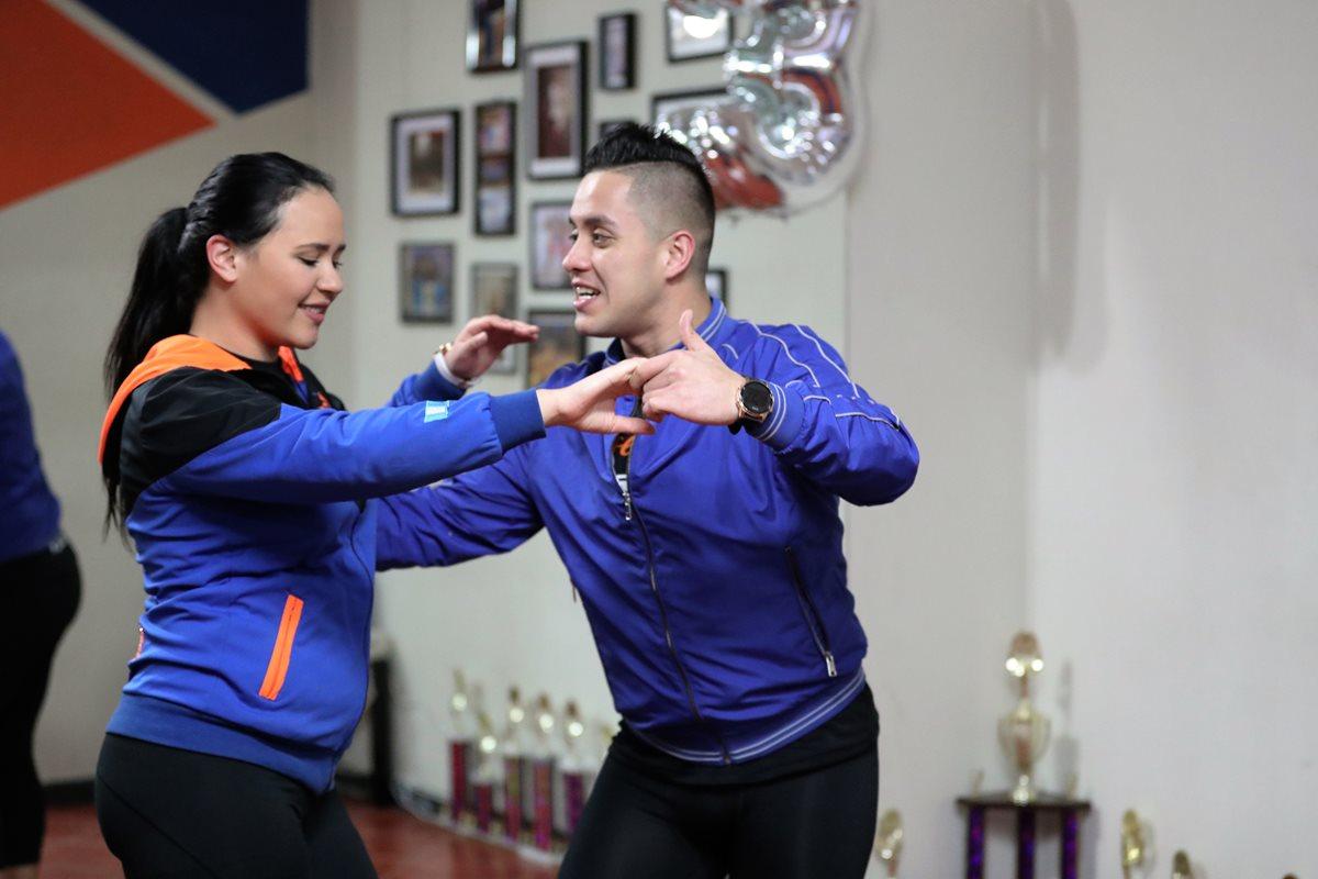 Campeones de salsa le enseñan a bailar (segunda entrega)