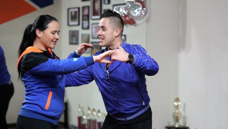 Héctor Blanco y Katherinne Milla, campeones mundiales de salsa le enseñan a bailar. (Foto Prensa Libre: Pablo Juárez Andrino)