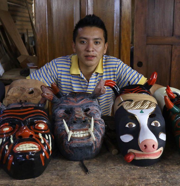 Henry Danilo Hernández posa con algunas de sus creaciones. (Foto Prensa Libre: Cortesía Victorino Tejaxún)