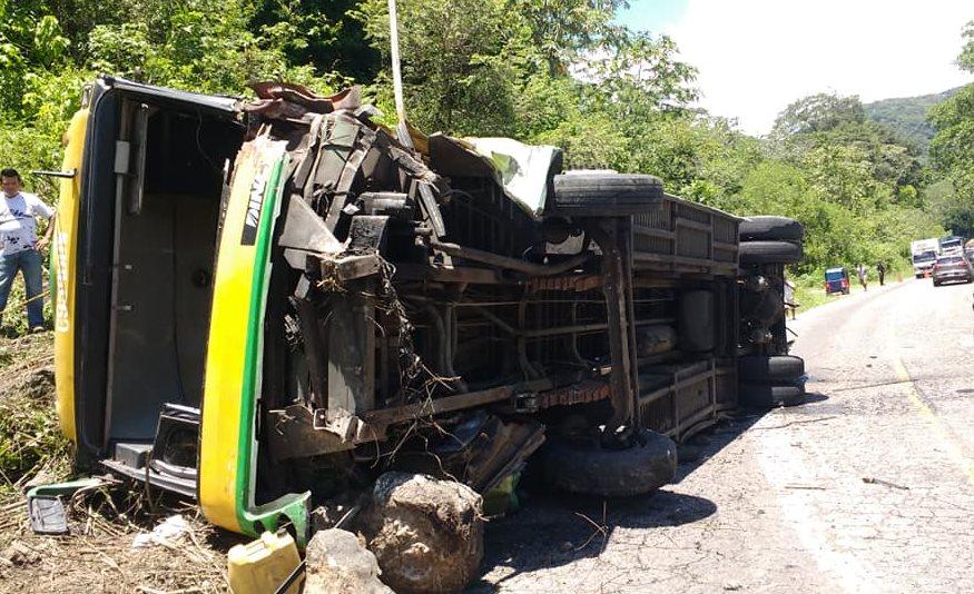 El bus quedó volcado en al km 77 de la ruta a El Salvador. (Foto: 26 Cía. Bomberos Voluntarios)