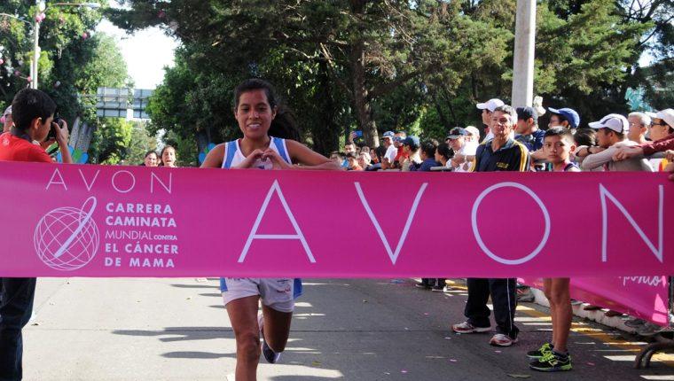 Merlin Chalí ingresa a la meta, como primer lugar de los 10K. (Foto Prensa Libre: Jeniffer Gómez)