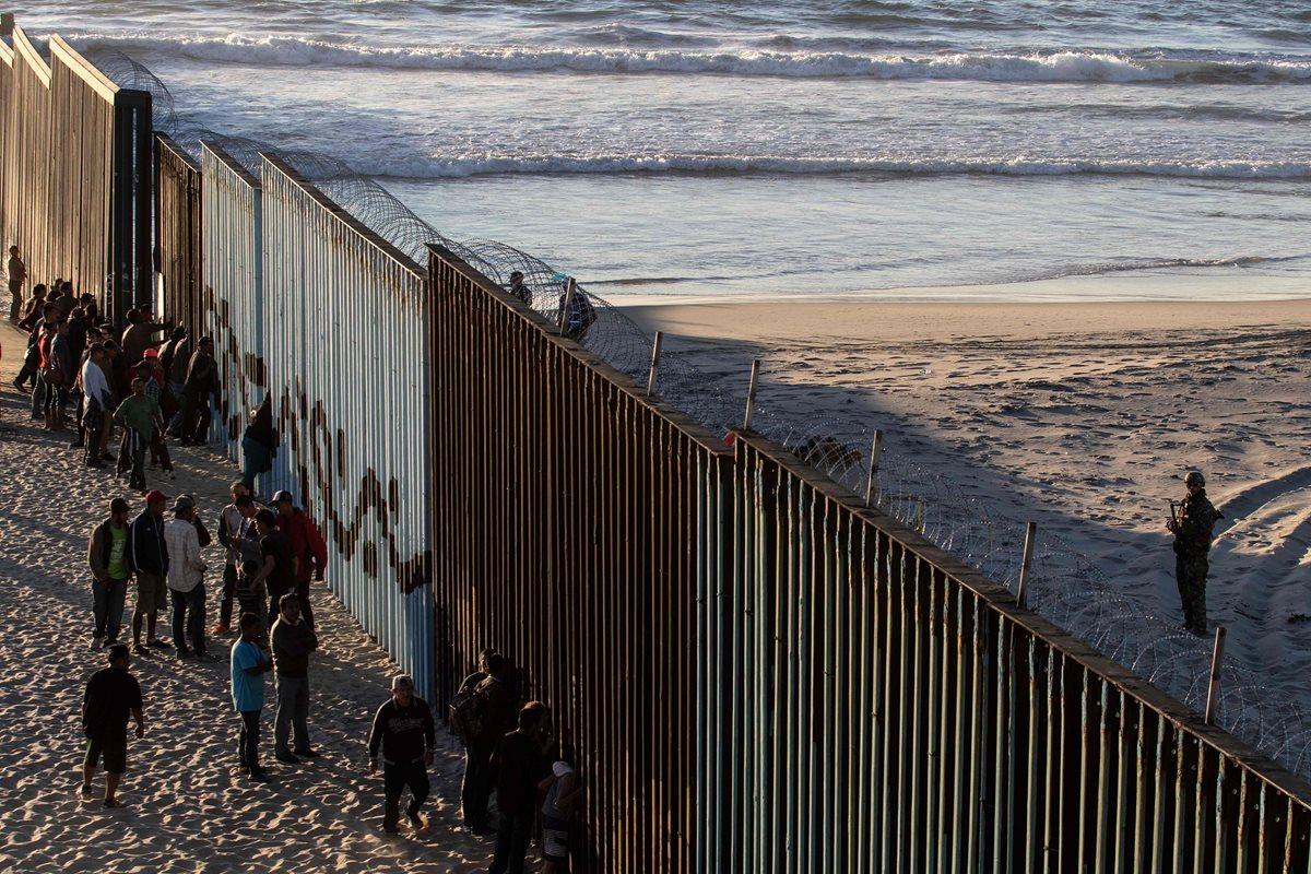 Centroamericanos se acercan al muro fronterizo entre México y Estados Unidos en el estado mexicano de Tijuana. (Foto Prennsa Libre: AFP)