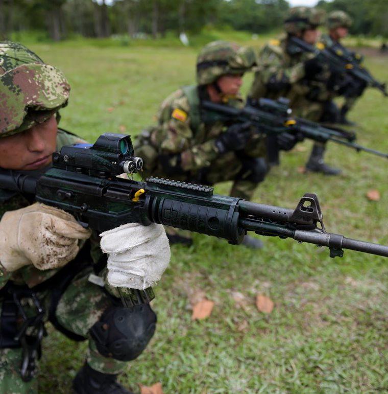 Soldados colombianos entrenan para participar en una operación militar contra renegados de las Farc. (AFP).