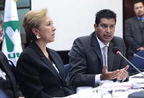 Rita Claverie, viceministra de Relaciones Exteriores, y    Rudy Gallardo, director del Renap,  durante una citación en el Congreso.